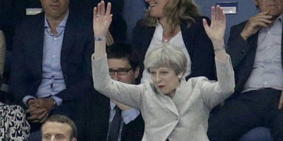 Quand Theresa May rate sa ola pendant le match France-Angleterre (VIDEO)