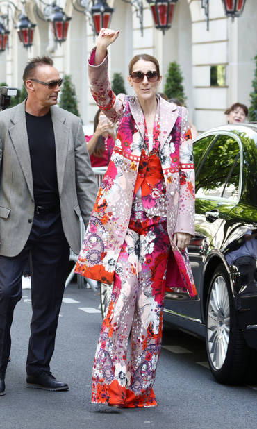 Total look fleuri devant son hôtel