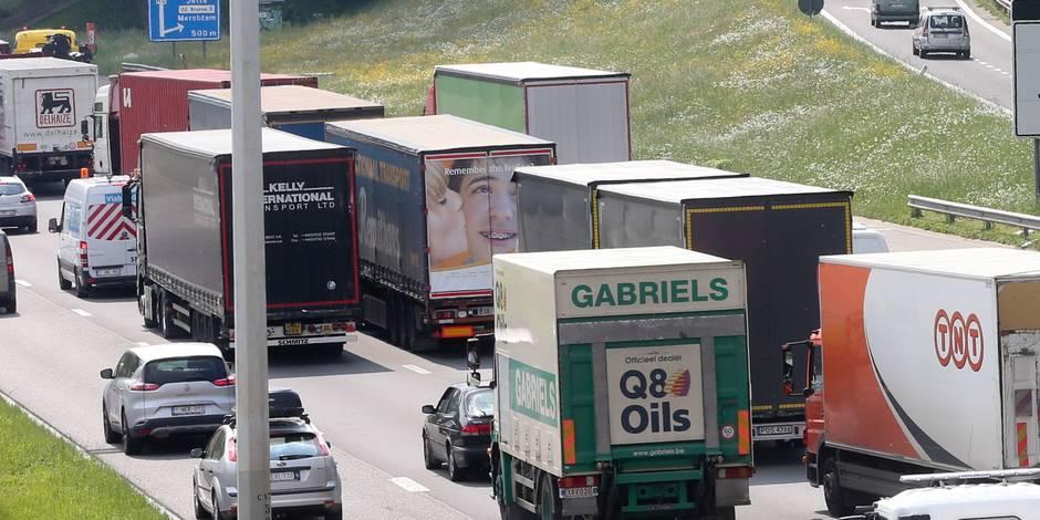 Un accident entre deux camions paralyse l'autoroute à Héron