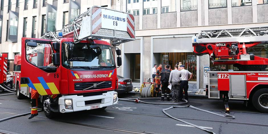 Un immeuble de six étages en feu à Saint-Gilles: pas de blessés. Un incendie s'est déclaré samedi matin dans un immeuble situé chaussée de Charleroi à Saint-Gilles. L'édifice de six étages abrite des bureaux et n'était pas occupé ce samedi. Aucun blessé n'a été recensé mais les dégâts matériels sont importants, a indiqué un porte-parole des pompiers de Bruxelles.