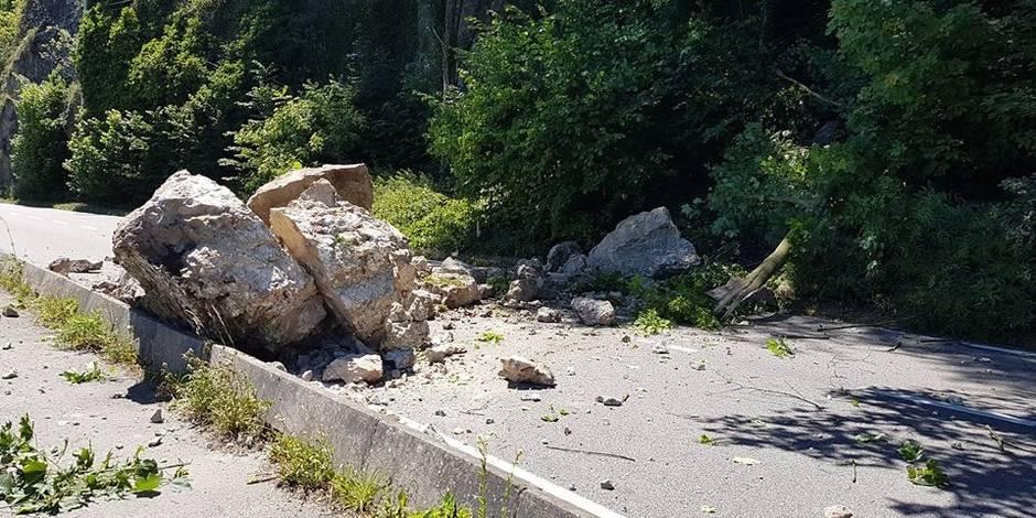 Un rocher d'une dizaine de tonnes s'écrase sur la N96 à Anhée (PHOTO)