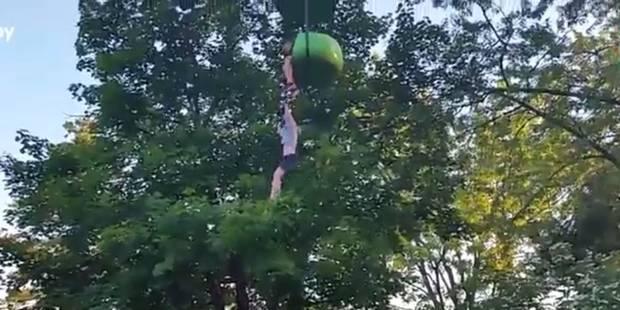 Accrochée à un manège à 6 mètres de hauteur, elle est rattrapée par la foule (VIDEO) - La DH
