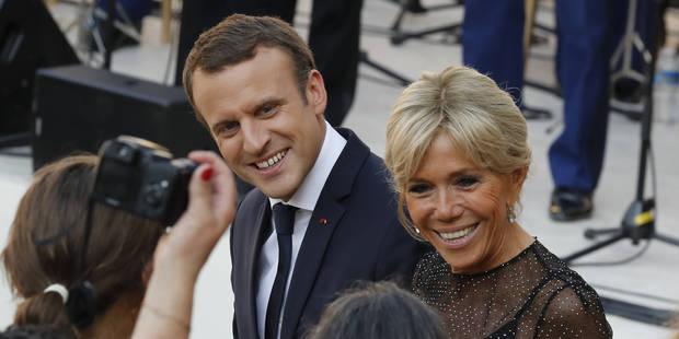 """Brigitte Macron réagit au cadeau """"osé"""" reçu par son mari - La DH"""