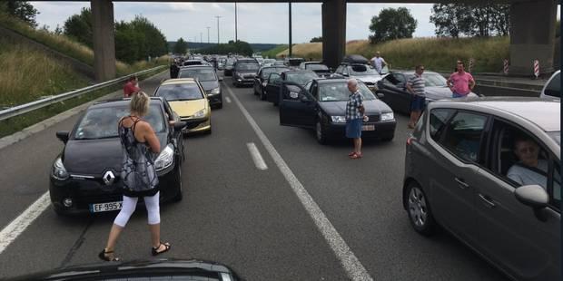 La E411 fermée jusque lundi midi: des automobilistes jouent au tennis sur l'autoroute (VIDÉO) - La DH