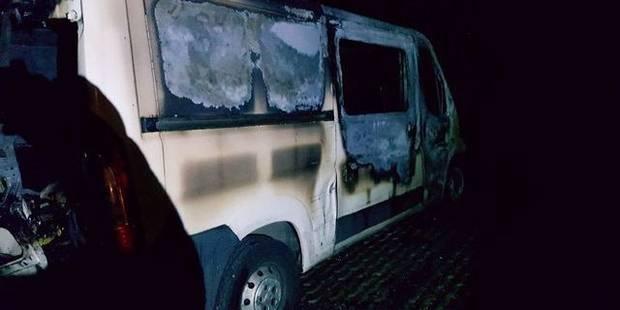 Deux camionnettes de la Sambrienne incendiées à la Cité Parc à Marcinelle - La DH