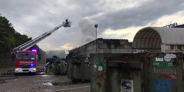 Spectaculaire incendie dans une entreprise à Wandre: le trafic reprend normalement sur la E25 et la E40 - La DH