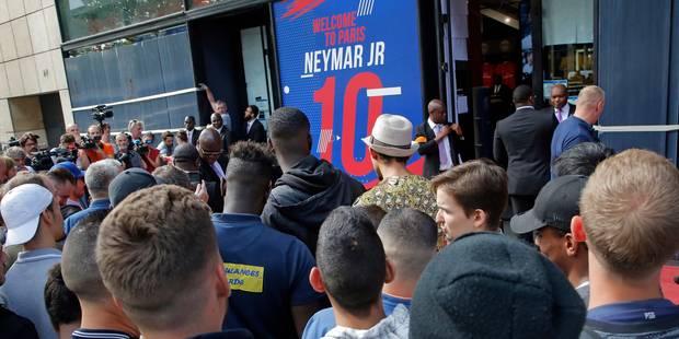 Les supporters parisiens se pressent à la boutique du club pour la vareuse de Neymar (VIDEO) - La DH