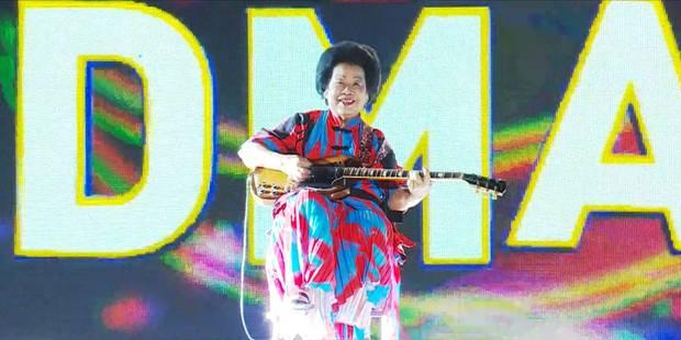 A 81 ans, une guitariste de rock fait sensation à Singapour - La DH