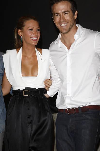 Black & white en accord parfait avec Ryan Reynolds, qui, en 2010, n'est encore que l'un de ses partenaires de jeu...