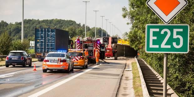 Spectaculaire accident sur l'E25: un camion sur le flanc traverse l'autoroute ! - La DH