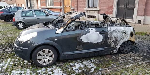 Une voiture incendiée à Couillet - La DH