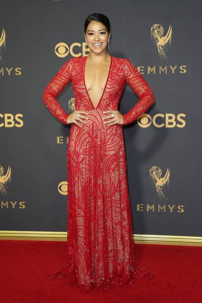 Gina Rodriguez, en rouge,décolleté V profond et transparence... Il fallait oser.