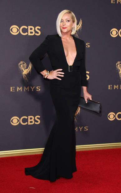 Jane Krakowski twiste sa robe noire d'un décolleté vertigineux.