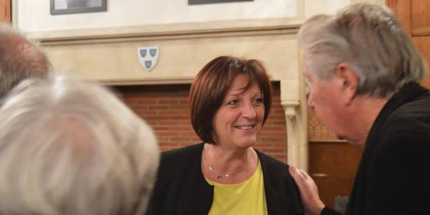 Mouscron : Très émue, Brigitte Aubert est officiellement bourgmestre des Hurlus - La DH