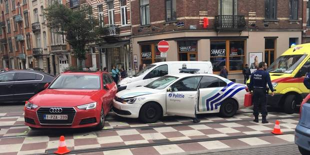 Etterbeek: Un véhicule de police impliqué dans une violente collision - La DH