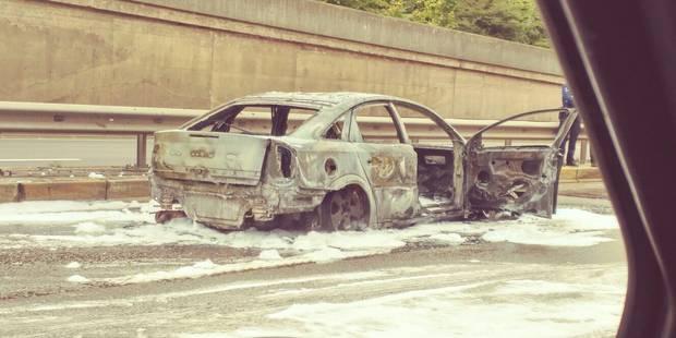Voiture en feu sous le carrefour Léonard à la sortie sud-est de Bruxelles - La DH