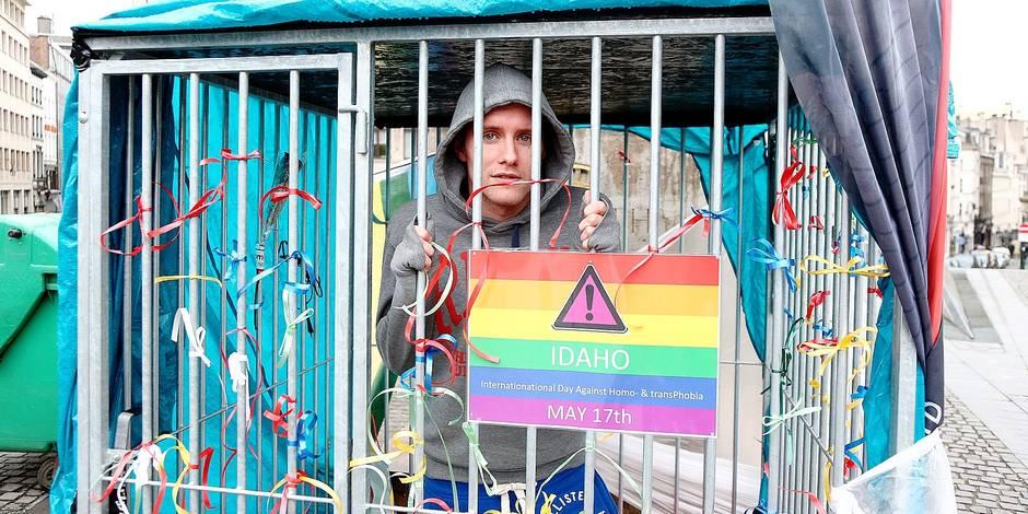 """14e Lesbian & Gay Pride le samedi 16 mai. Le thème de cette année sera """"Change Your Mind"""" et mettra en lumière les nombreux préjugés auxquels doivent faire face les LGBTIQ dans leur vie de tous les jours. Cette année, les initiateurs de la journée de lutte mondiale contre l'homophobie seront présents.Cette année, la parade était placée sous le signe de la famille. En effet, la Belgique fête cette année le 10e anniversaire du mariage homosexuel et les 7 ans de l'ouverture de l'adoption au couple de même sexe. Deux homosexuels se sont enfermés 48 heures dans une cage pour dénoncer l'homophobie."""