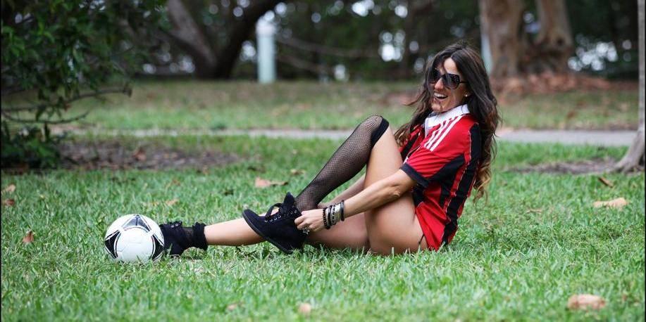 Claudia Romani parie à sa manière sur le derby milanais (PHOTO + VIDEO)