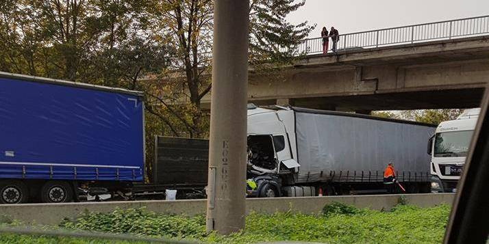 Gros carambolage sur la E19 : trois camions et une voiture impliquées
