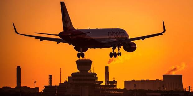 Pour le dernier vol de sa compagnie, un pilote de ligne passe à proximité d'une tour de contrôle (VIDEOS) - La DH
