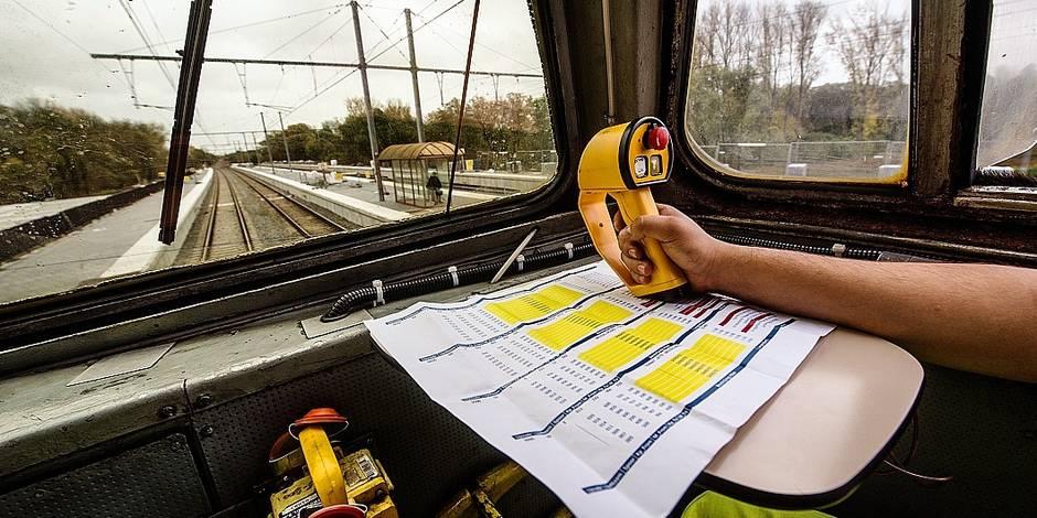 """Bruxelles - Jette: Un train d'Infrabel """"anti feuilles"""" permet un sablage et un nettoyage des rails avant le passage des trains - marchandises et voyageurs de la SNCB"""