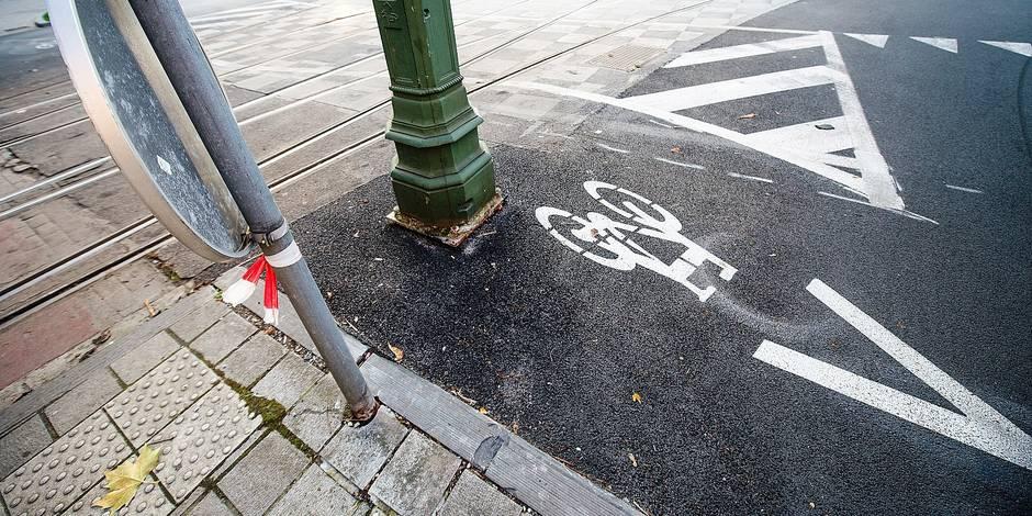 Bruxelles - Rond point Churchill: Une piste cyclable termine sur un poteau électrique