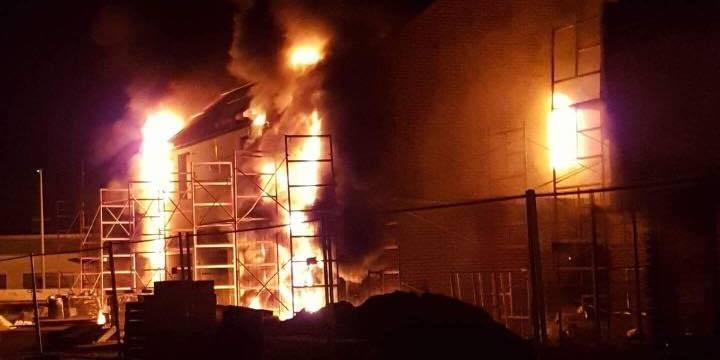 Hensies: quatre maisons en construction ravagées par les flammes