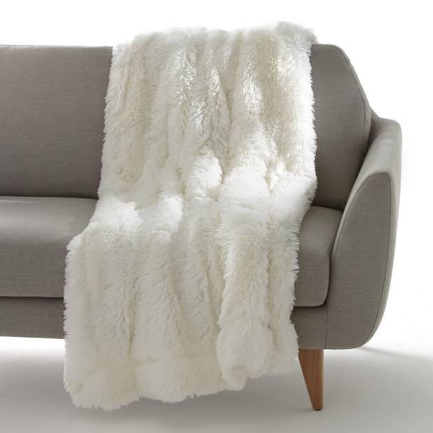 Un plaid écru avec d'un côté de longs poils et de l'autre une doublure en polaire. 100% polyester. La Redoute, 22,59€.