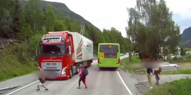 Un enfant trop pressé manque de se faire renverser en traversant la route (VIDEO) - La DH