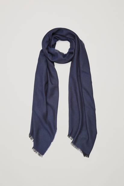 Le cou des hommes mérite bien un cadeau pour passer l'hiver au chaud. Cette écharpe 100% laine de couleur bleu marine est la candidate idéale.  Écharpe en laine. COS. 39 euros.