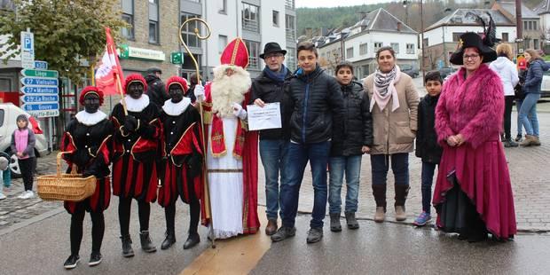 Soutien à la famille afghane à la Foire Ste Catherine: le comité de soutien a fait signer la pétition ce samedi à Houffa...