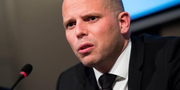 La législation sur les expulsions de Theo Francken reçoit un feu vert - La DH
