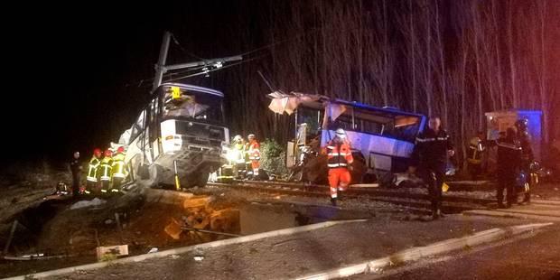 Accident entre un car et un train en France : les barrières du passage à niveau étaient fermées selon les premiers témoi...