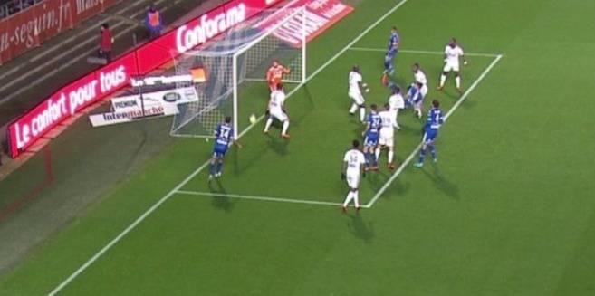 L'arbitre annule un but après neuf minutes en raison d'un bug de la goal line technology