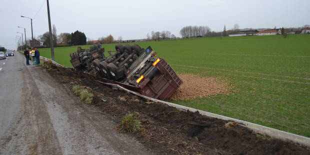 Melles: Un camion se renverse dans un champ avec son chargement - La DH