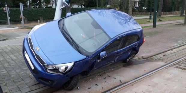 Auderghem: un véhicule percuté par un tram (PHOTOS) - La DH