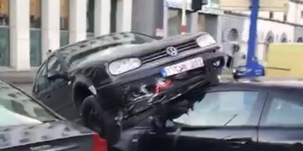 Accident sur le Boulevard Poincaré à Bruxelles: une voiture termine sur le capot d'une autre (VIDEO) - La DH