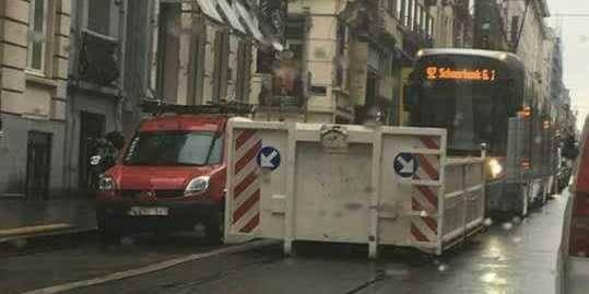 Saint-Gilles : Un tram bloqué... par un conteneur ! - La DH