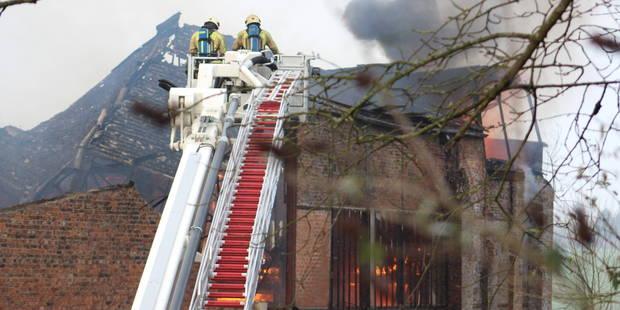 Ecaussinnes : un hangar avec 27 voitures de collection détruit par les flammes (PHOTOS+VIDÉO) - La DH