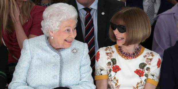 Tout sourire, Elizabeth II a assisté à sa première Fashion Week aux côtés d'Anna Wintour - La DH