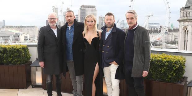Quelque chose choque sur cette photo de Jennifer Lawrence avec les acteurs de « Red Sparrow » - La DH