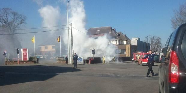 Une voiture en feu à Anderlues: trafic perturbé au carrefour du Roi des Belges - La DH