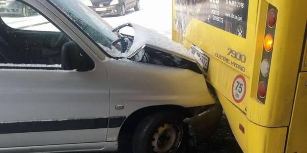 Une camionnette accroche un bus à cause de la neige à Charleroi : circulation momentanément perturbée - La DH