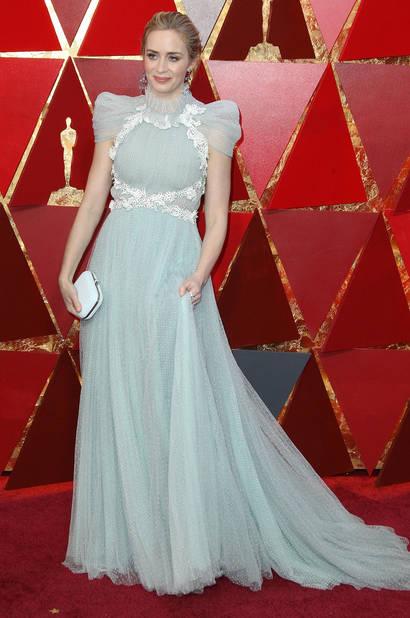 Un look inspiré de Mary Poppins pour                        Emily Blunt en Schiaparelli