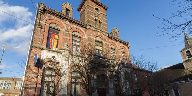 Roux: Un drapeau étonnant à la fenêtre du commissariat - La DH