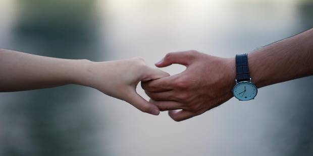 Tenir la main de l'être aimé serait le meilleur moyen de soulager sa douleur - La DH