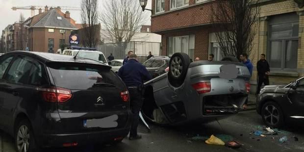 Jette: Une voiture se retrouve sur le toit - La DH