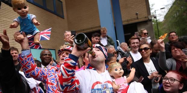 Naissance du bébé royal : les réactions de joie des admirateurs qui campent devant la maternité - La DH