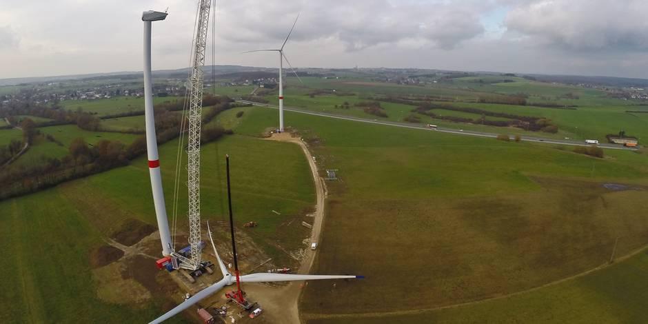 Eolienne , montage , grue , vent , écologie , électricité , vert , bio , développement durable , construction , watt , travail , aérien , aérienne, drone, énergie ,